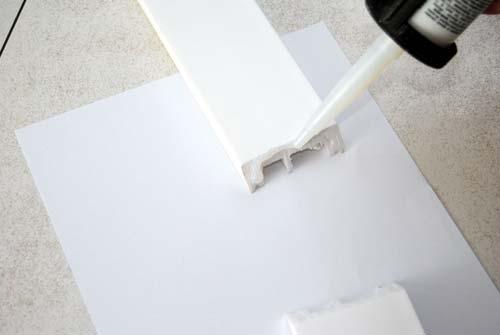 nakładanie kleju do łączenia listew podłogowych, sztukaterii
