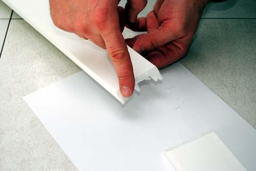 rozsamrowanie kleju do klejenia sztukaterii i listew polimerowych