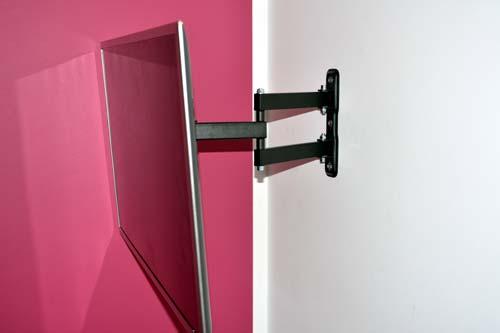 montowanie telewizora an uchwycie na ścianie